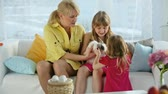 lebre : Family of three holding and caressing a cute bunny, Easter series Vídeos