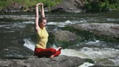 desfrutando : Tranquil girl practicing yoga enjoying the energy of nature