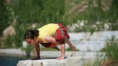 posture : Strong yoga girl doing bakasana and then eka hasta bhujangasana Stock Footage