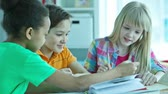 bem vestido : Children doing homework together at home or at homework club Vídeos