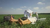 jornal : Relaxed office people lying on the grass and conducting business affairs Vídeos