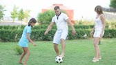 dinâmico : Active family playing soccer on the lawn
