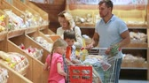 quatro pessoas : Shopping family choosing best bakery products in the mall