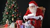 ocasião : Santa reading letters from children and deciding which present to give