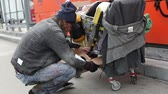 coisa : Homeless guy collecting his possessions and pushing the cart away Vídeos