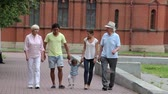 passatempo : Two generations of a family spending time together in the park