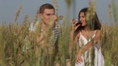 ocasião : Happy lovers drinking wine in the open air in the fields
