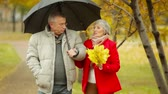 guarda chuva : Senior couple having a rainy day date