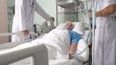 condição : Elderly patient being in stable condition lying on the ward bed