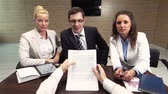 poradce : Business team meeting their client to sign the contract Dostupné videozáznamy