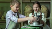 trabalho manual : Schoolchildren cooperating to work on their pottery project