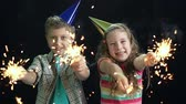 fajerwerki : Lovely children celebrating birthday, slow-mo against dark background Wideo