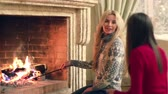 lenha : Cheerful friends sitting at home by the fireplace and having a good time