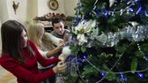 ocasião : Family decorating a wonderful Christmas tree together