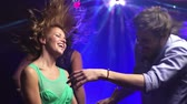 disko : Carefree couple cutting loose in the nightclub Dostupné videozáznamy
