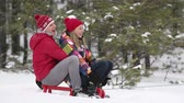positividade : Excited friends enjoying their active winter vacation