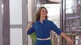 positivo : Happy young woman carrying purchases and turning around in slow motion Stock Footage