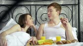 segurelha : Resting lovers sharing snack while being in bed   Vídeos