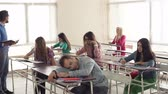 habilidade : Static shooting of group of students at class, young tutor lecturing and one of students dozing Vídeos