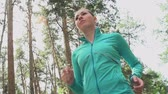 fino : Low angled slow-mo of girl jogging outdoors Vídeos