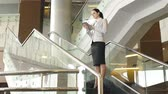 compromisso : Dolly of business lady standing on stairs and using PDA