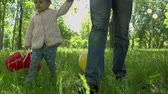 bolas : Slow motion of father walking with his daughter in the park