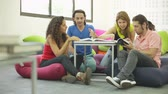 hatları : Four undergraduates studying in the lounge Stok Video
