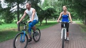 comum : Couple approaching camera on bikes talking to each other leisurely Stock Footage