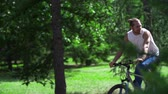 tons : Two cyclists passing by the camera in slow motion, joyously chatting Vídeos