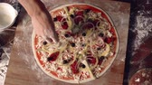 byt : High angle of vegetarian pizza ready to be baked  Dostupné videozáznamy