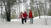 únor : Group of kids approaching camera running along the winter forest in slow motion Dostupné videozáznamy