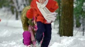 únor : Joyous kids having fun with sledges in the forest Dostupné videozáznamy