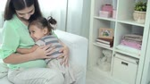 delicado : Little girl hugging her mother expecting a child and kissing her in the tummy Vídeos