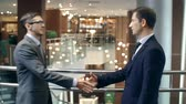 produktivita : Business partners greeting each other with handshake