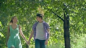 despreocupado : Young couple walking in park at daytime in slow motion Vídeos