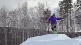 montagna : Slow motion di snowboarder fare front-side 360