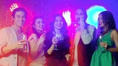 felicidade : Five friends clinking glasses of sparkling wine celebrating New Year Stock Footage