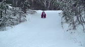 despreocupado : Two kids sleighing down the hill together