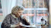 bem estar : Close up of senior woman having a cup of tea in the cafeteria and contemplating