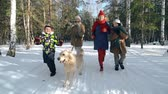 bem estar : Slow motion of four family members scampering about in winter park Stock Footage