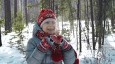 despreocupado : Close up of little girl having hot tea standing in the middle of winter forest Vídeos
