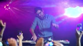 discoteca : Slow motion of crowd getting down to music at nightclub and making pics of dj
