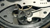 деталь : Focus shift from one piece of watch mechanism to another