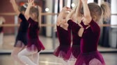 grupo de pessoas : Little girls in ballet classroom moving at sixes and sevens