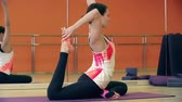 joga : Close up of beautiful woman performing pigeon pose Wideo