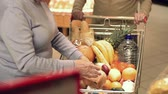 женат : Tilt up of elderly couple shopping at the supermarket Стоковые видеозаписи