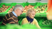 женат : Couple selecting pears in the mall Стоковые видеозаписи