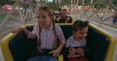 temor : Group of kids shouting while riding a roller coaster