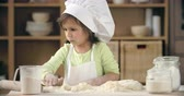 farinha : Cute little girl rolling out pastry dough