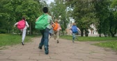 dostihy : Group of pupils racing through schoolyard